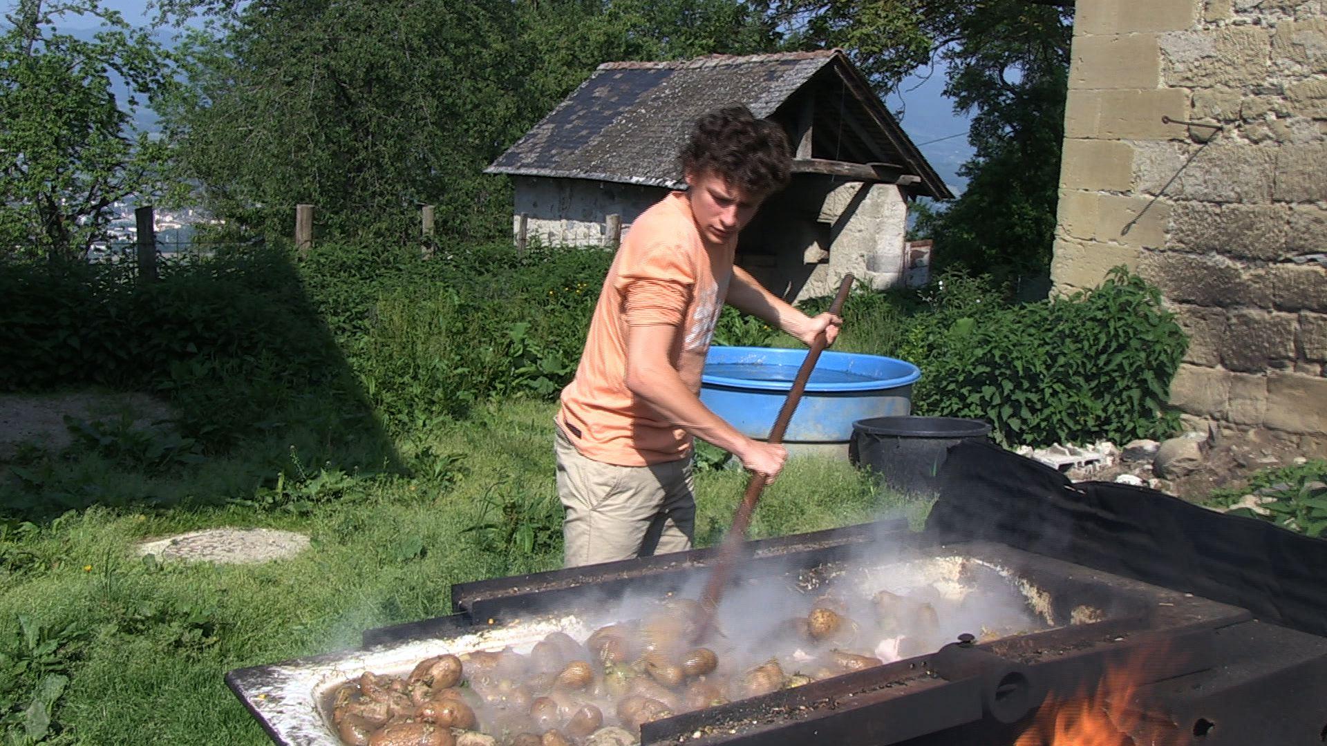 Florian prépare le repas des cochons
